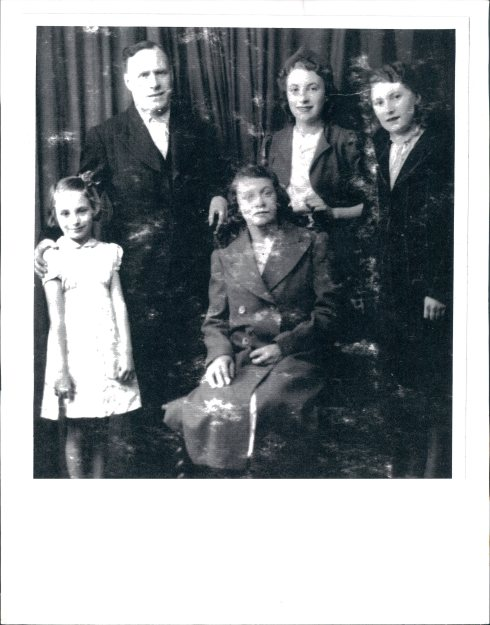 A young Ivy in 1940 with her family. (c) Ivy Freeman